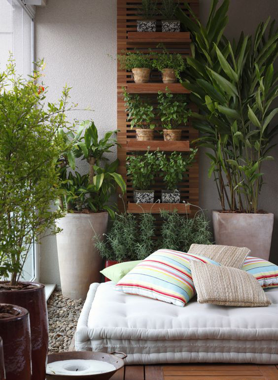 amenajare interioara balcon saltea perne plante