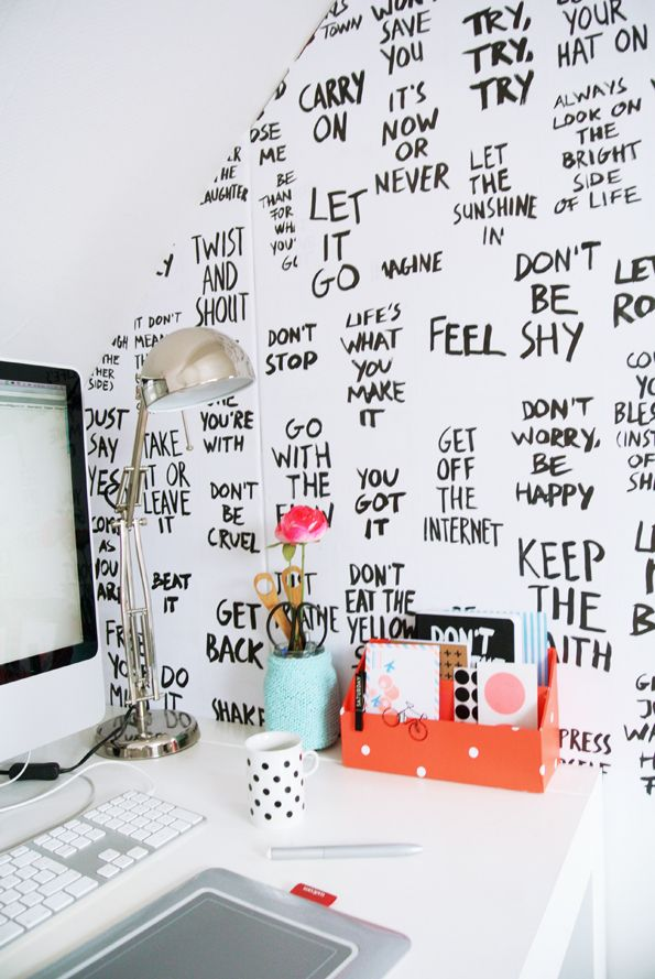 design interior birou mesaje pe pereti