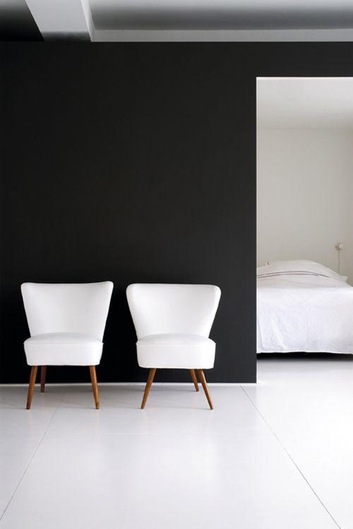 design interior stil minimalist contemporan perete negru scaun alb contrast