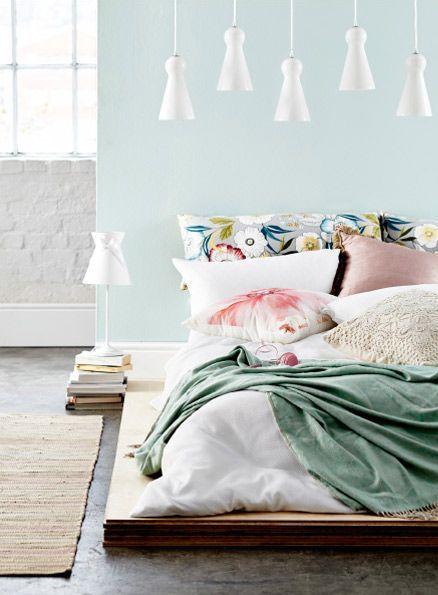 dormitor pastel bleu perne imprimeu floral, trend panetone