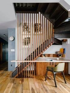 holul design interior - birou integrat sub scara