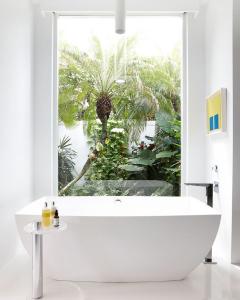 design interior baie - ferestre generoase