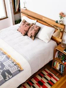 design interior dormitor lemn traditional romanesc