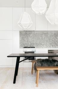 design interior amenajare bucatarie alb stil minimalist faianta metalica