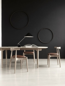 design interior corp de iluminat veioza moderna scaun lemn sezut piele perete negru