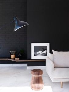 design interior lampadar canapea stofa bej masuta de cafea